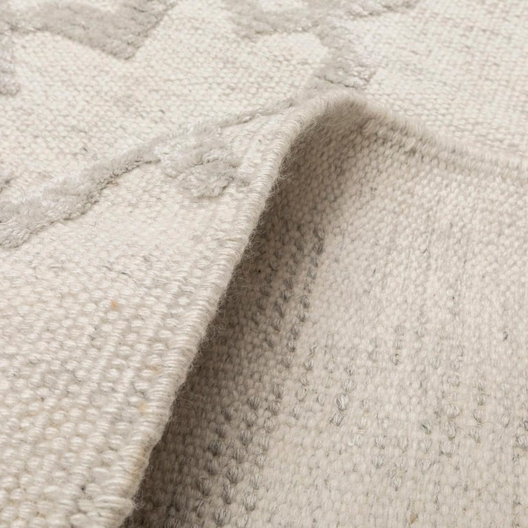 Geometric Silk and Wool Soft Gray Rug For Sale 5