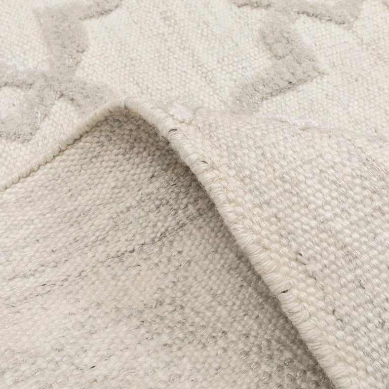 Geometric Silk and Wool Soft Gray Rug For Sale 8