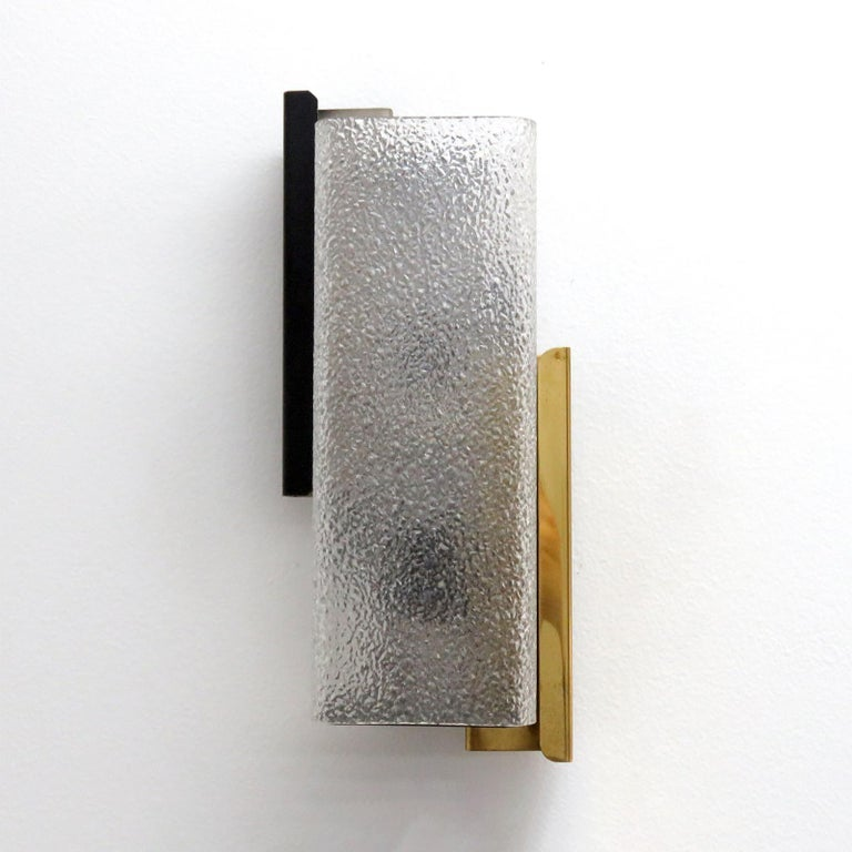 Elegant French wall light by Arlus, in brass, enameled metal and textured Lucite.