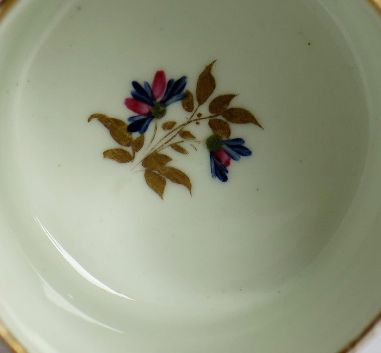 George 3rd Derby Coffee Can Chantilly Sprigs Pattern 129, circa 1805-1810 For Sale 4