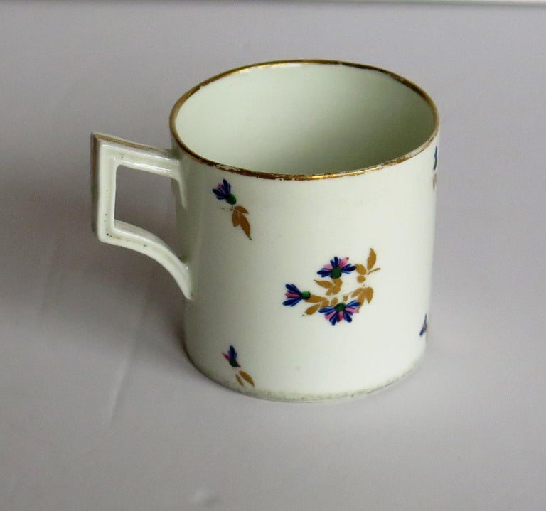 George 3rd Derby Coffee Can Chantilly Sprigs Pattern 129, circa 1805-1810 In Good Condition For Sale In Lincoln, Lincolnshire