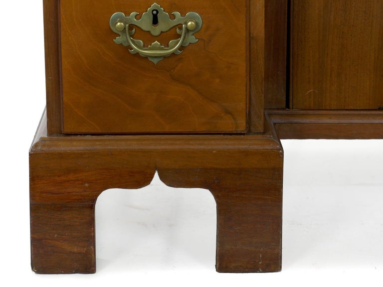 George II Mahogany Kneehole Dressing Table Desk, England, circa 1750 For Sale 4