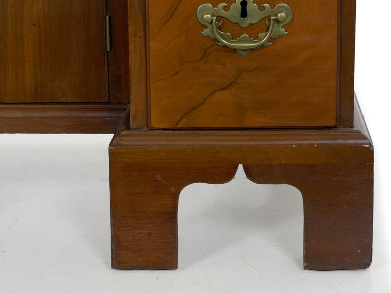 George II Mahogany Kneehole Dressing Table Desk, England, circa 1750 For Sale 3