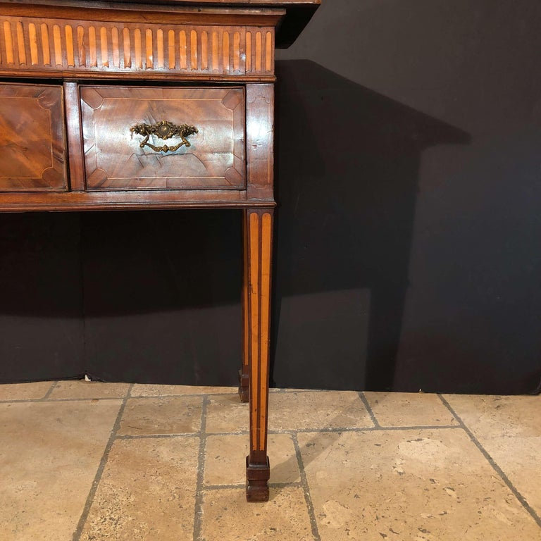 George III Mahogany Serpentine Sideboard In Good Condition For Sale In New York, NY