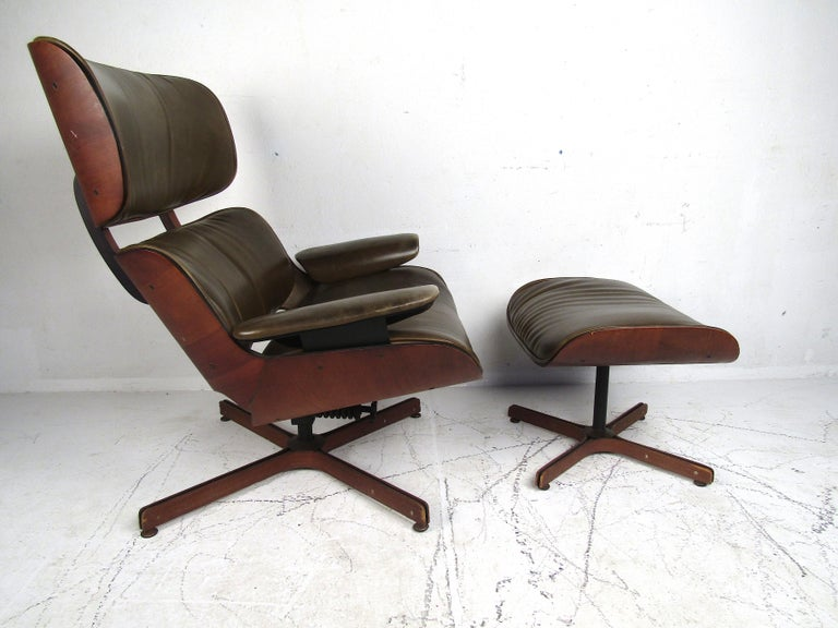 Mid-Century Modern George Mulhauser Bentwood Swiveling Lounge Chair and Ottoman for Plycraft For Sale