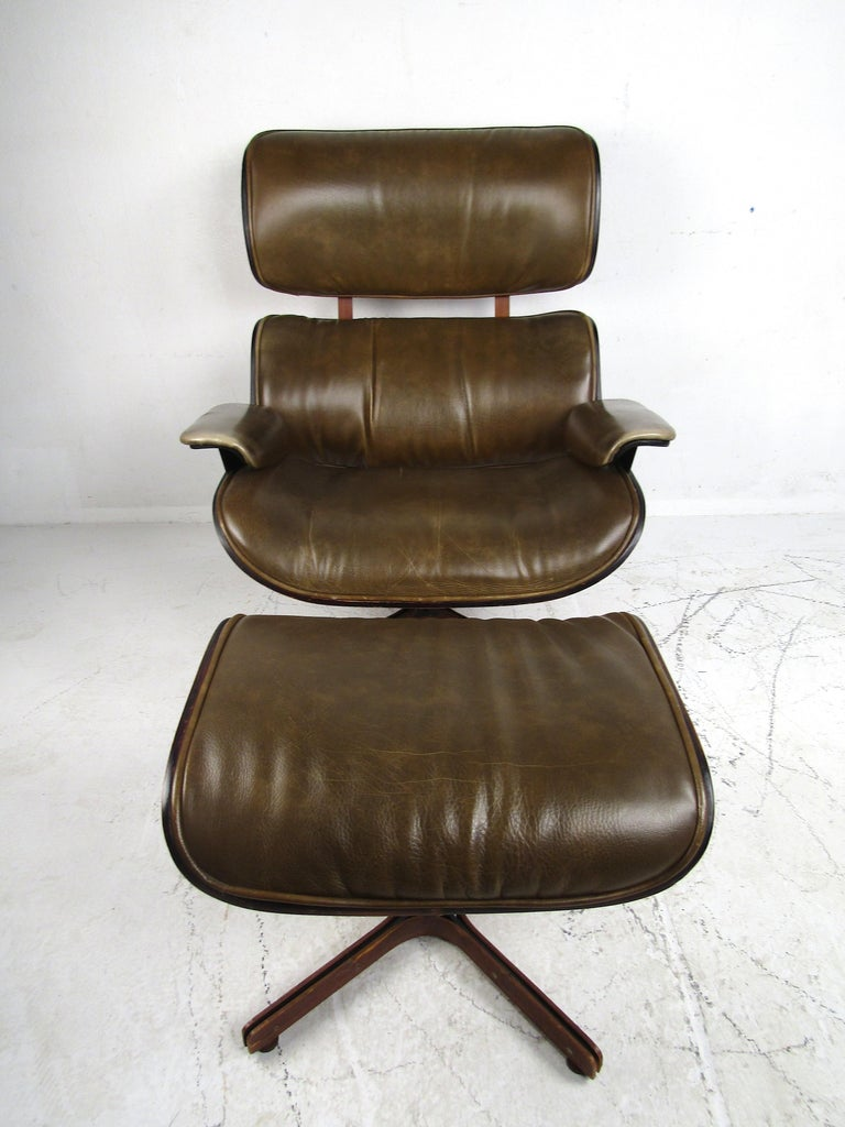 George Mulhauser Bentwood Swiveling Lounge Chair and Ottoman for Plycraft In Good Condition For Sale In Brooklyn, NY