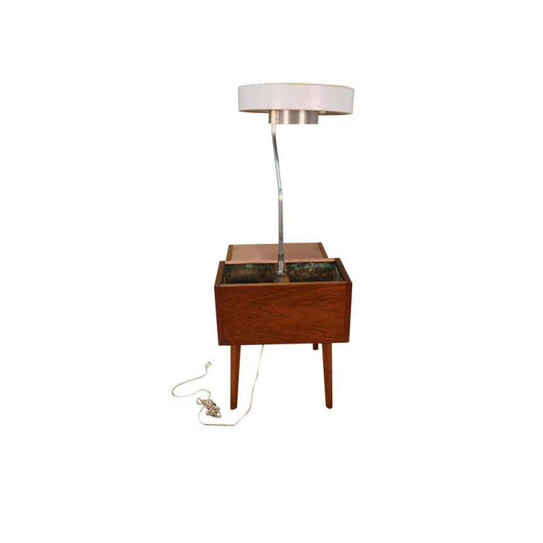George Nelson Herman Miller Walnut Planter Lamp Table Model 4634-L In Good Condition For Sale In Baltimore, MD