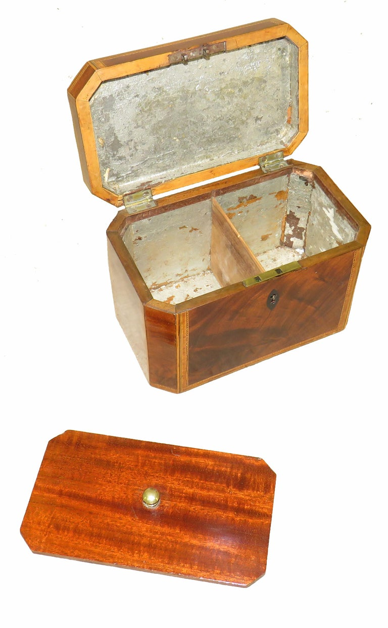 Georgian 18th Century Antique Mahogany Octagonal Tea Caddy In Good Condition For Sale In Bedfordshire, GB