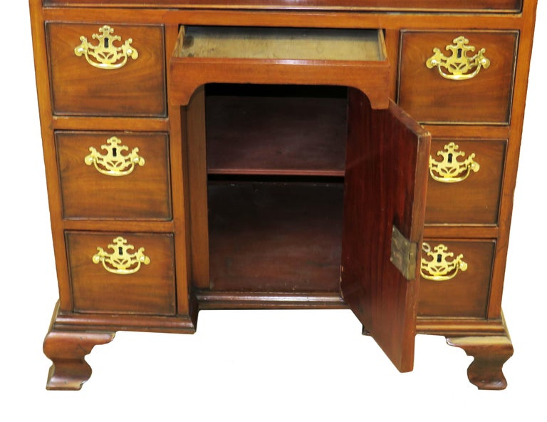 Georgian 18th Century Mahogany Kneehole Desk For Sale 3