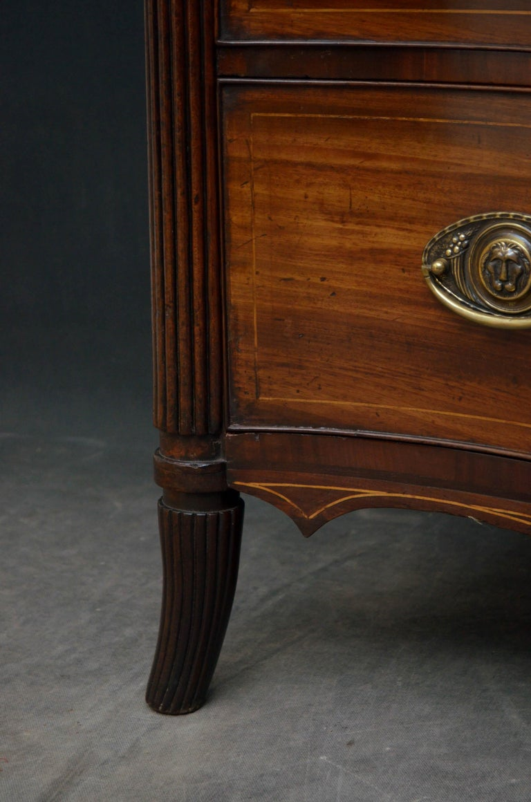 Georgian Mahogany Serpentine Chest of Drawers For Sale 5