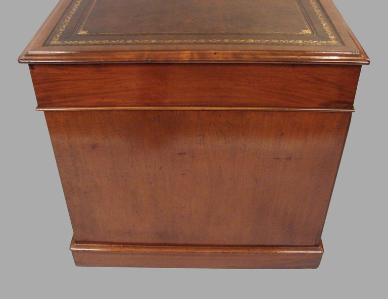 English Georgian Style Mahogany Pedestal Desk with Tooled Leather Top For Sale