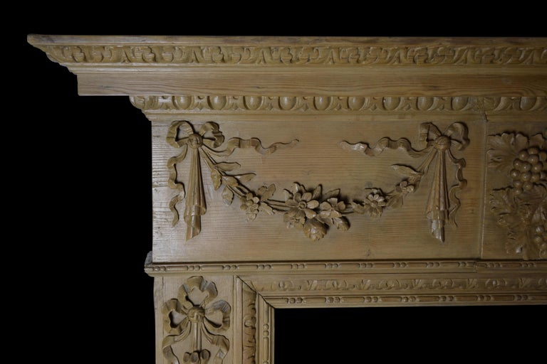 Georgian Style Pine Mantelpiece with Mask Center Plaque In Good Condition For Sale In New York, NY