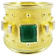 Georgios Sammlungen, 18 Karat Gelbgoldring mit Smaragd und Smaragdschliff Diamant