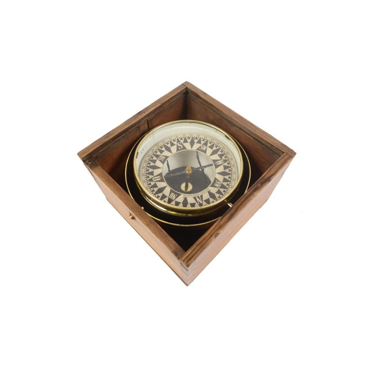 Large dry compass placed in its original wooden box with slot lid. Signed AUG. CARSTENS Hamburg Steinhöft 19 from the second half of the 19th century. The compass consists of a brass and glass vessel on the bottom of which a metal stem is fixed on
