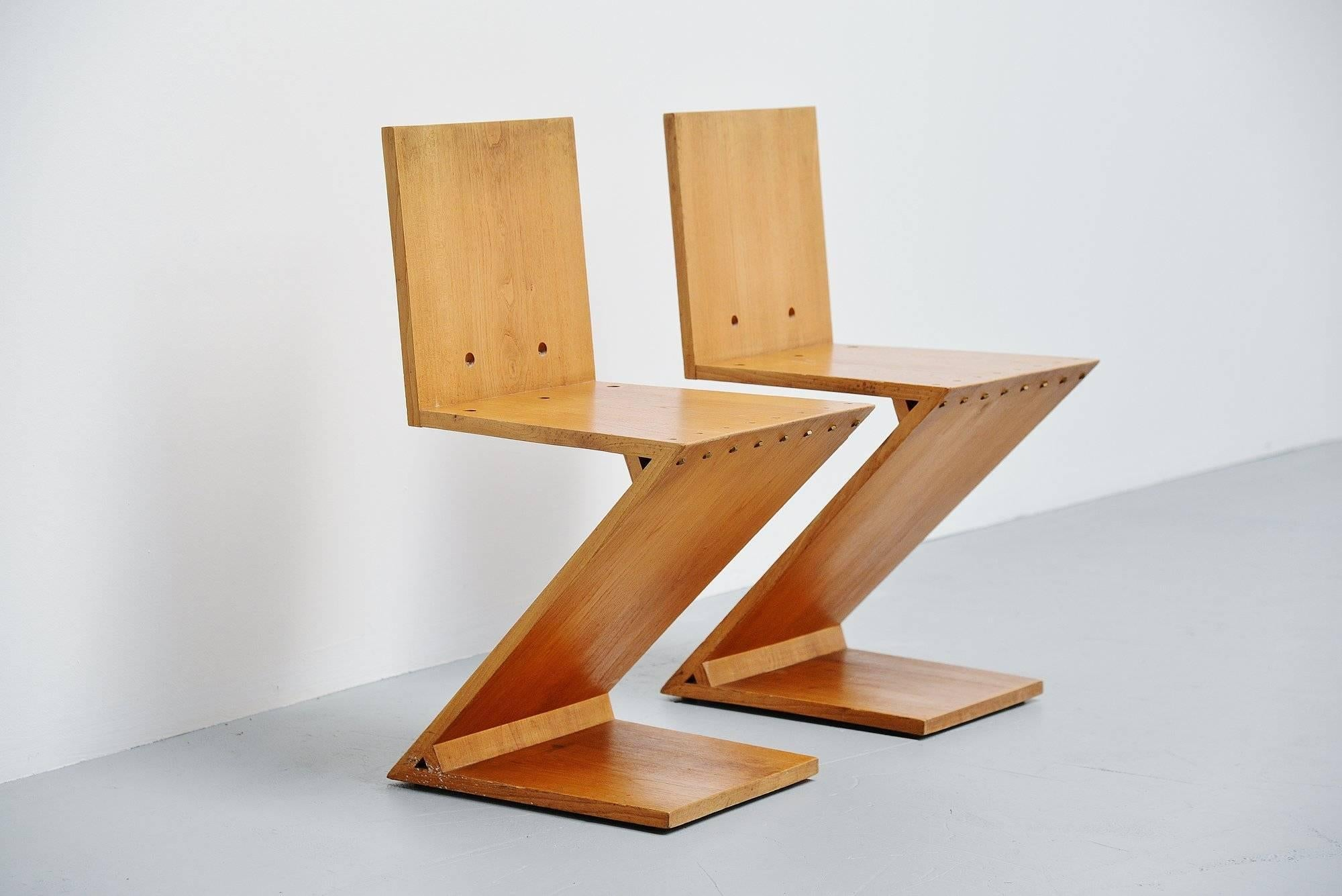 Gerrit Rietveld Zig Zag Chair Pair G.A.v.d. Groenekan, 1965 In Excellent  Condition For Sale In