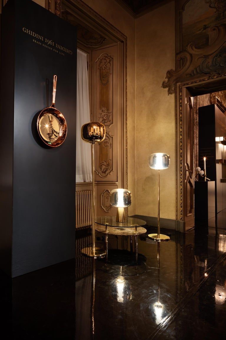 Table lamp in brass and metalized glass. Dusk Dawn draws its name from a magical arc of time: the arrival and departure of soft light. It is the time when the sun dips below the horizon to leave an afterglow that signals the arrival of the night,
