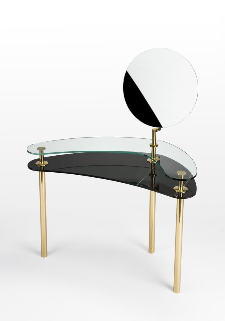 In 2017 the designer imagines a decisive turning point in the use of such a precious finish as polished brass: from the idea of an almost unique object in its crafted perfection to the system, to be constructed starting from the basic element. A