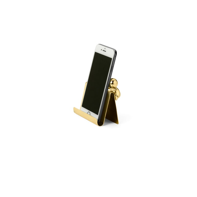 Business cards holder in brass Omini is a family of products that plays on the inclusion and the relationship between the human figure with a series of monolithic objects from geometric and Minimalist design. Small Lilliputians attack and animate