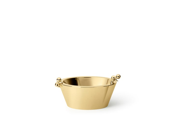 Medium bowl in stainless steel Omini is a family of products that plays on the inclusion and the relationship between the human figure with a series of monolithic objects from geometric and minimalist design. Small Lilliputians attack and animate