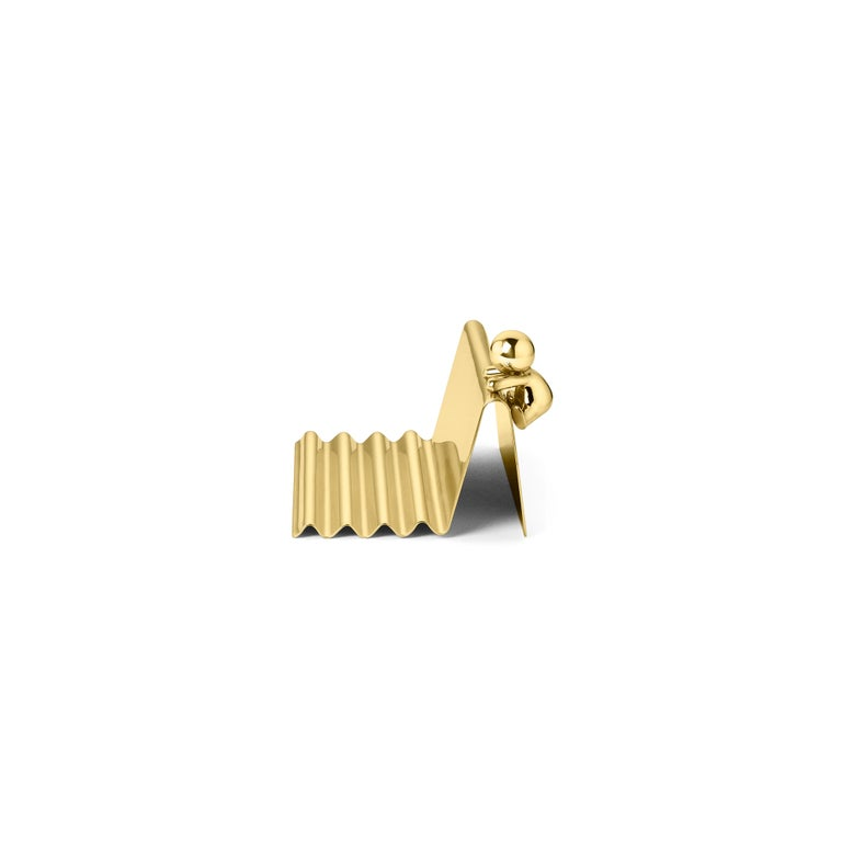 Pencils tray in brass Omini is a family of products that plays on the inclusion and the relationship between the human figure with a series of monolithic objects from geometric and minimalist design. Small Lilliputians attack and animate the pure