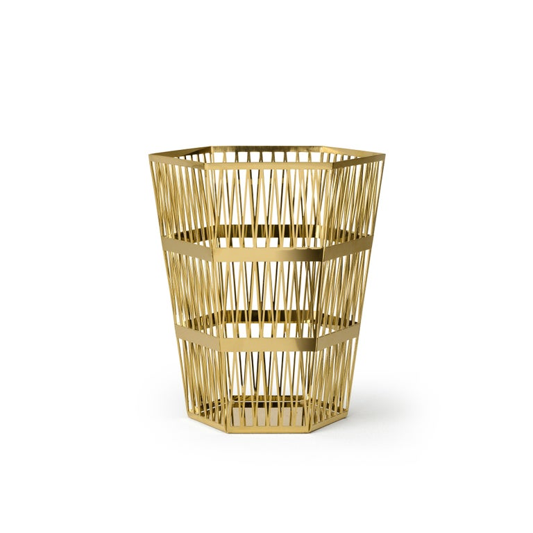 Paper basket in openwork steel. When you look at the top view of the Tip Top series, all the triangles have the same size. In 3D these triangles have been stretched, which creates a very surprising hexagonal structure, applied to different