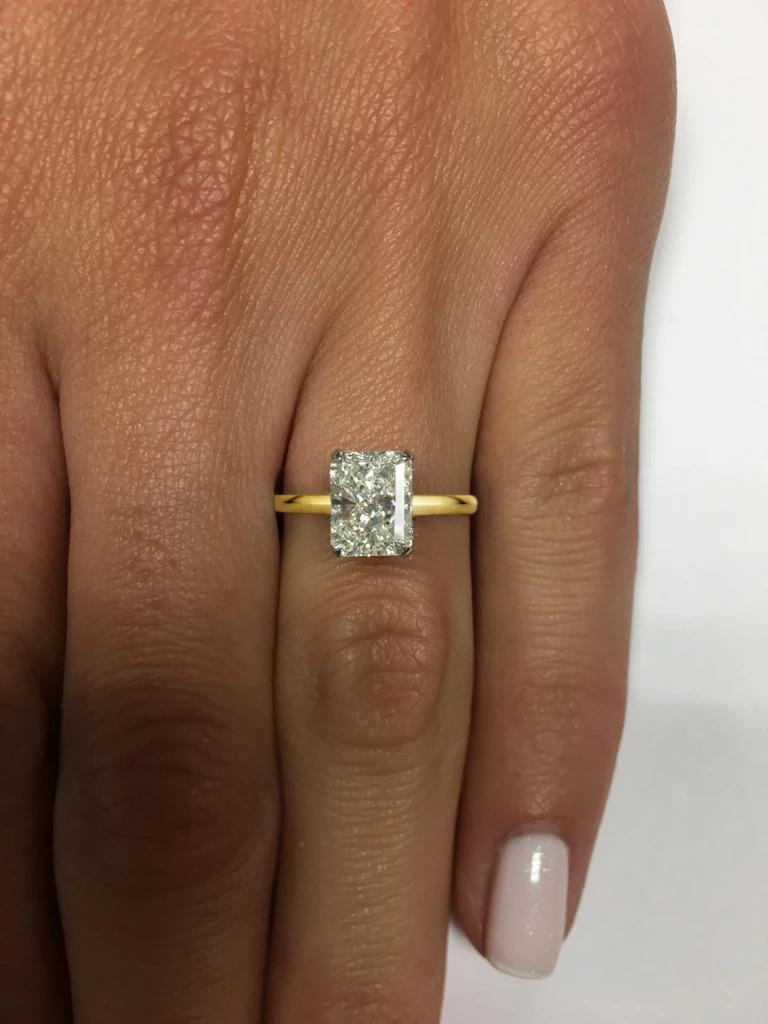The 18 carats yellow gold 1.20 Carat Radiant Cut Diamond is beautifully white, exceptionally clean with VS2 clarity, and beautifully vibrant!   Exceptionally well cut, the diamond has a fantastic sparkle! The diamond is certified by GIA, the first