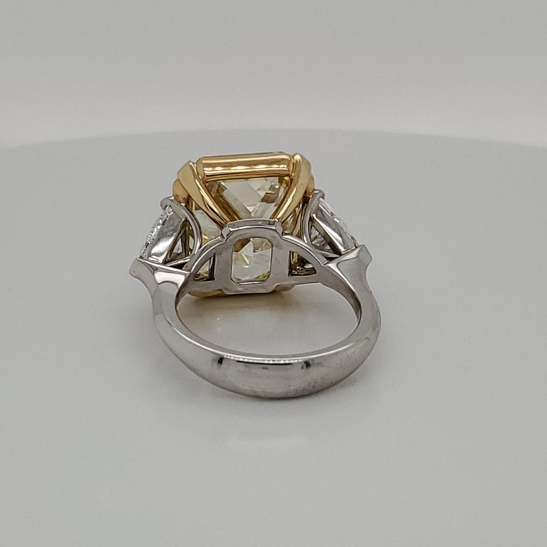 GIA Certified 15.07 Fancy Yellow VS1 Center Diamond Stone 3-Stone Ring In New Condition For Sale In New York, NY