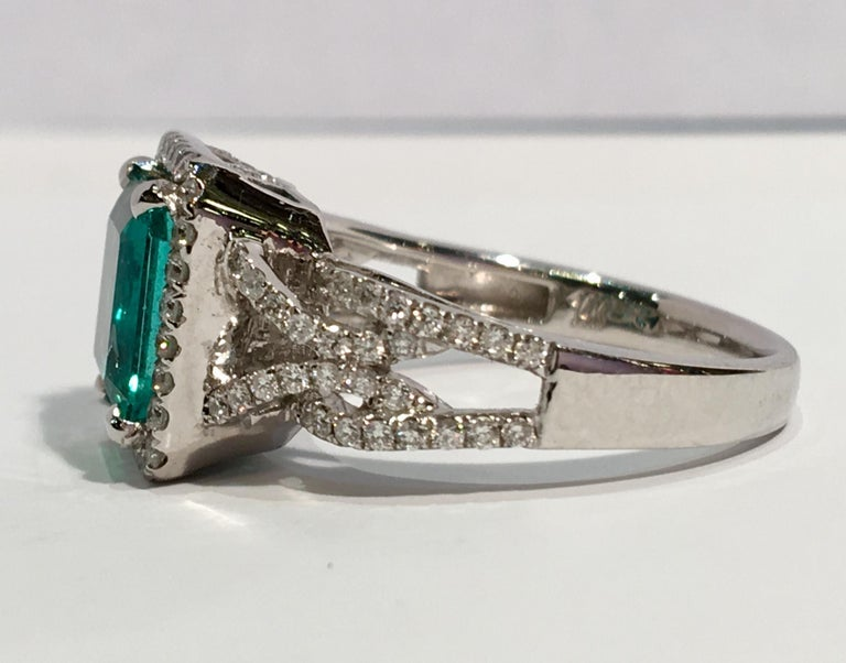 Contemporary GIA Certified 1.8 Carat Columbian Emerald Diamond Halo White Gold Cocktail Ring For Sale
