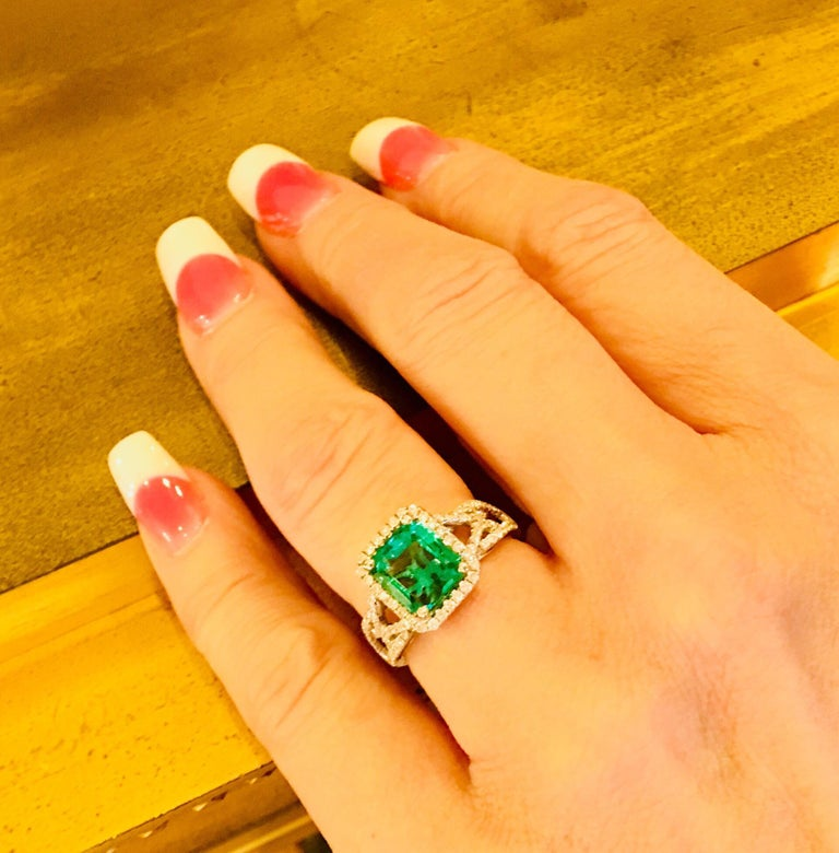 GIA Certified 1.8 Carat Columbian Emerald Diamond Halo White Gold Cocktail Ring In Excellent Condition For Sale In Tustin, CA