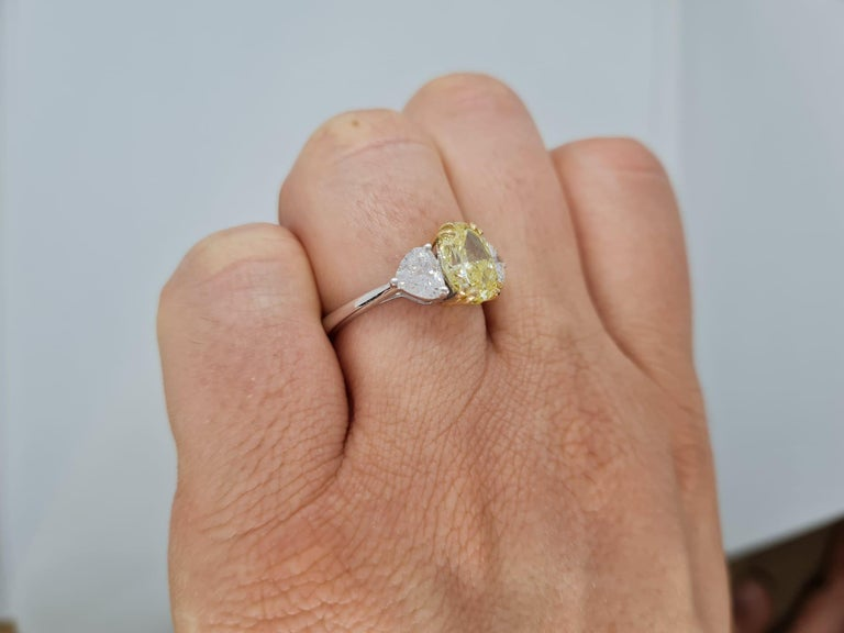 GIA Certified 3.05 Carat Internally Flawless Fancy Yellow Oval Diamond Ring In New Condition For Sale In Rome, IT