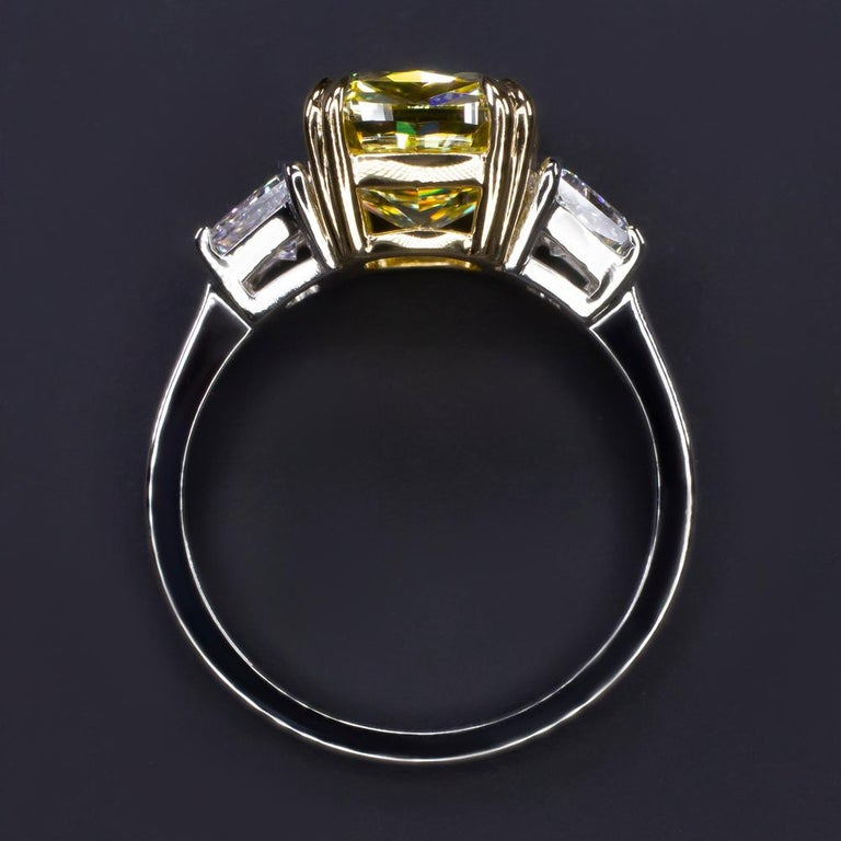 GIA Certified 4.50 Carat Fancy Vivid Yellow Cushion Diamond Platinum Ring In New Condition For Sale In Rome, IT