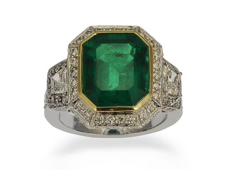 Contemporary GIA Certified 5.13 Carat Colombian Emerald Cocktail Ring For Sale