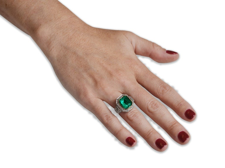 Women's GIA Certified 5.13 Carat Colombian Emerald Cocktail Ring For Sale