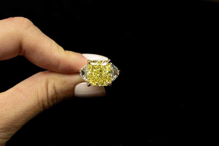 Contemporary GIA Certified 8.11 Carat Radiant Fancy Yellow VVS2 Diamond Ring For Sale