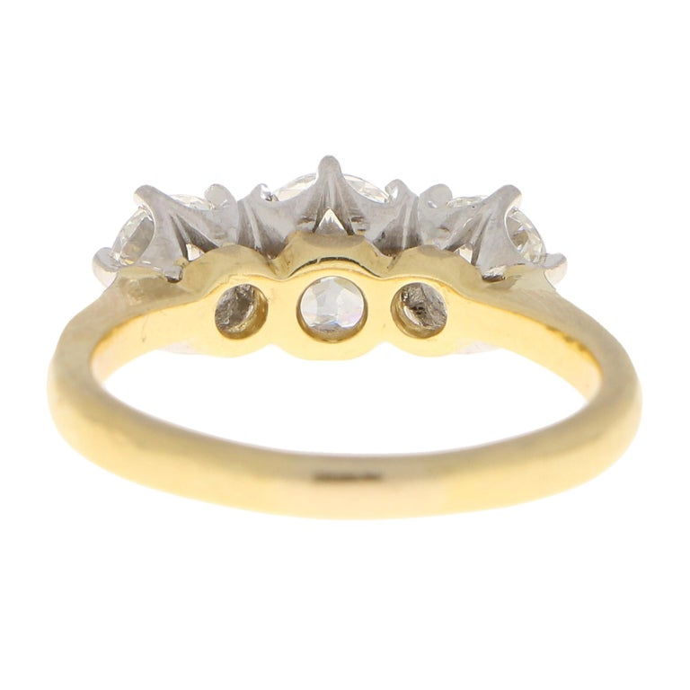 GIA Certified Diamond Three-Stone Engagement Ring Set in 18 Karat Yellow Gold In Good Condition For Sale In London, GB