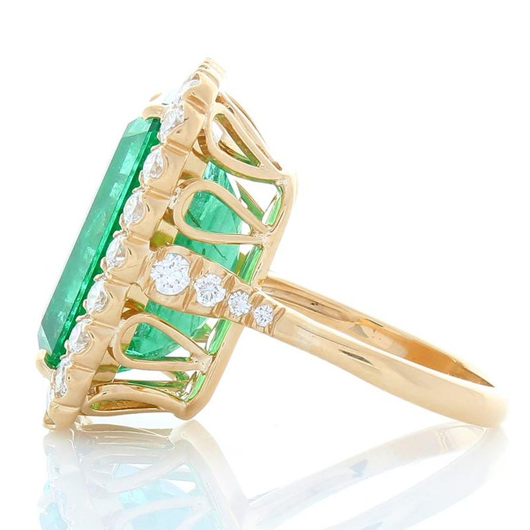 Contemporary GIA Certified 16.28 Carat Octagon Cut Emerald and Diamond Cocktail Ring  For Sale
