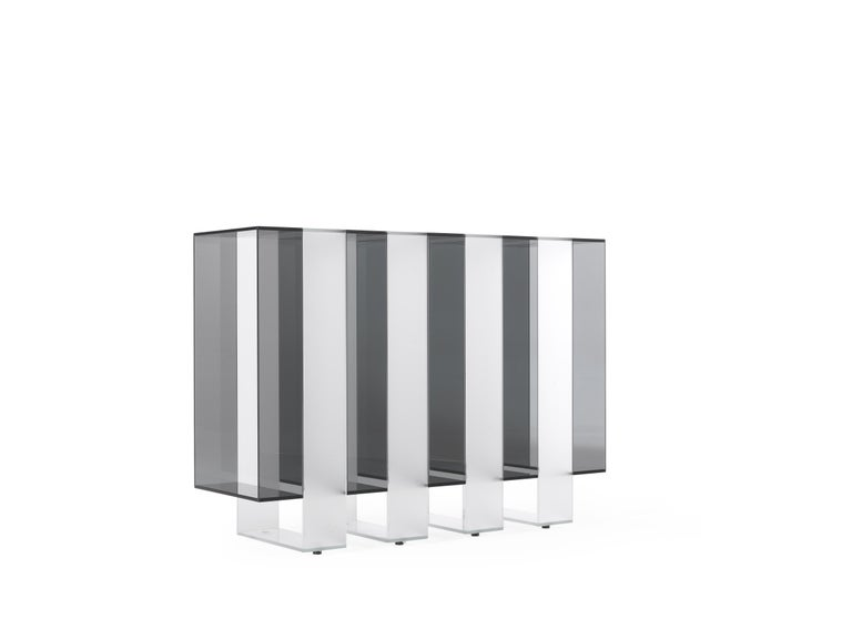Pure volumes and essential lines: these are the main features of the Jenga console. A composition with a refined design that is expressed in the succession of light and dark glass rectangles, assembled at 45° and joined without showing grafts or