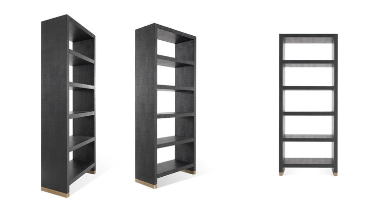 The essential and modern Kay bookcase with leather upholstery and base with bronzed aluminium details lend a captivating and original look to the entire set, perfectly representing Gianfranco Ferré Home style.  The Kay bookcase with structure in