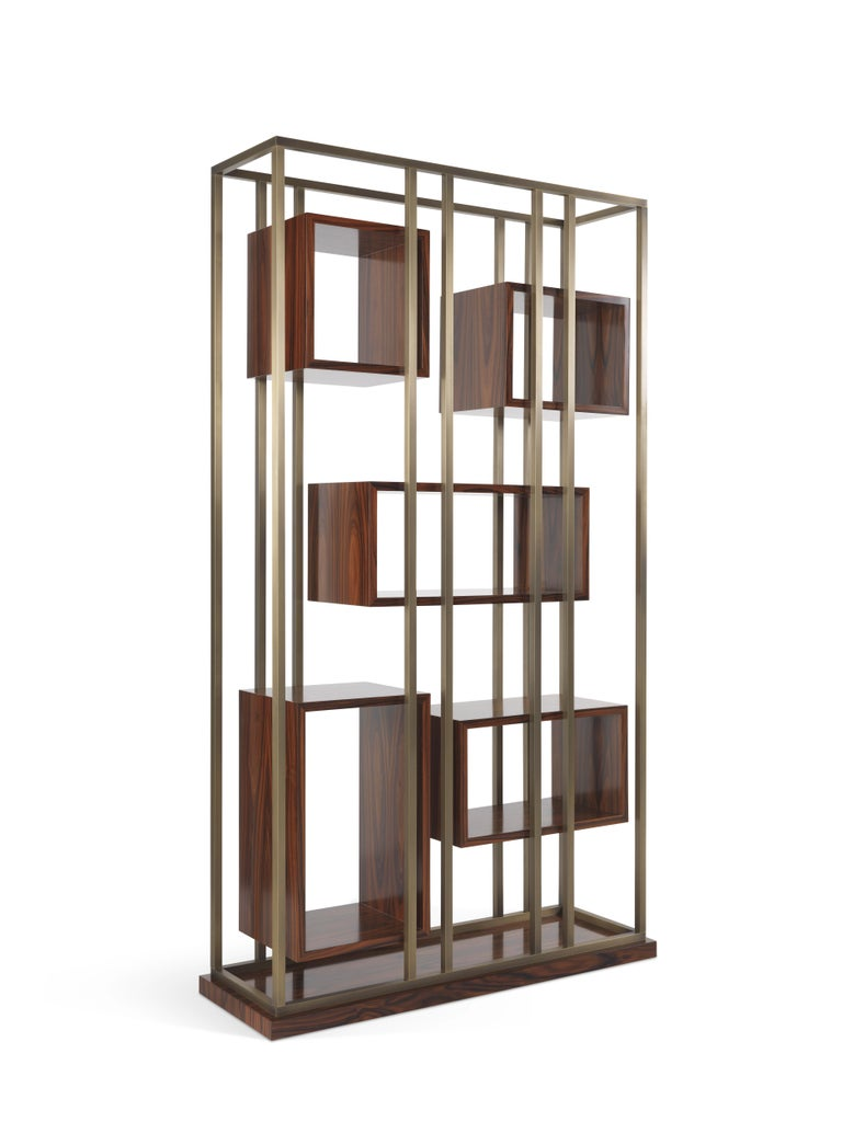 A versatile double-sided bookcase with a contemporary decorative allure, worthy of a starring role in any living space. An architectural construction in which the geometric cubes that compose the bookcase are attached only through the brass bars