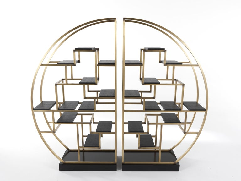 An imposing, sculptural element with an oriental inspired design, whose structure is the result of a symmetrical game between two identical pieces. Original and scenographic, it plays a leading role in the living space, offering endless