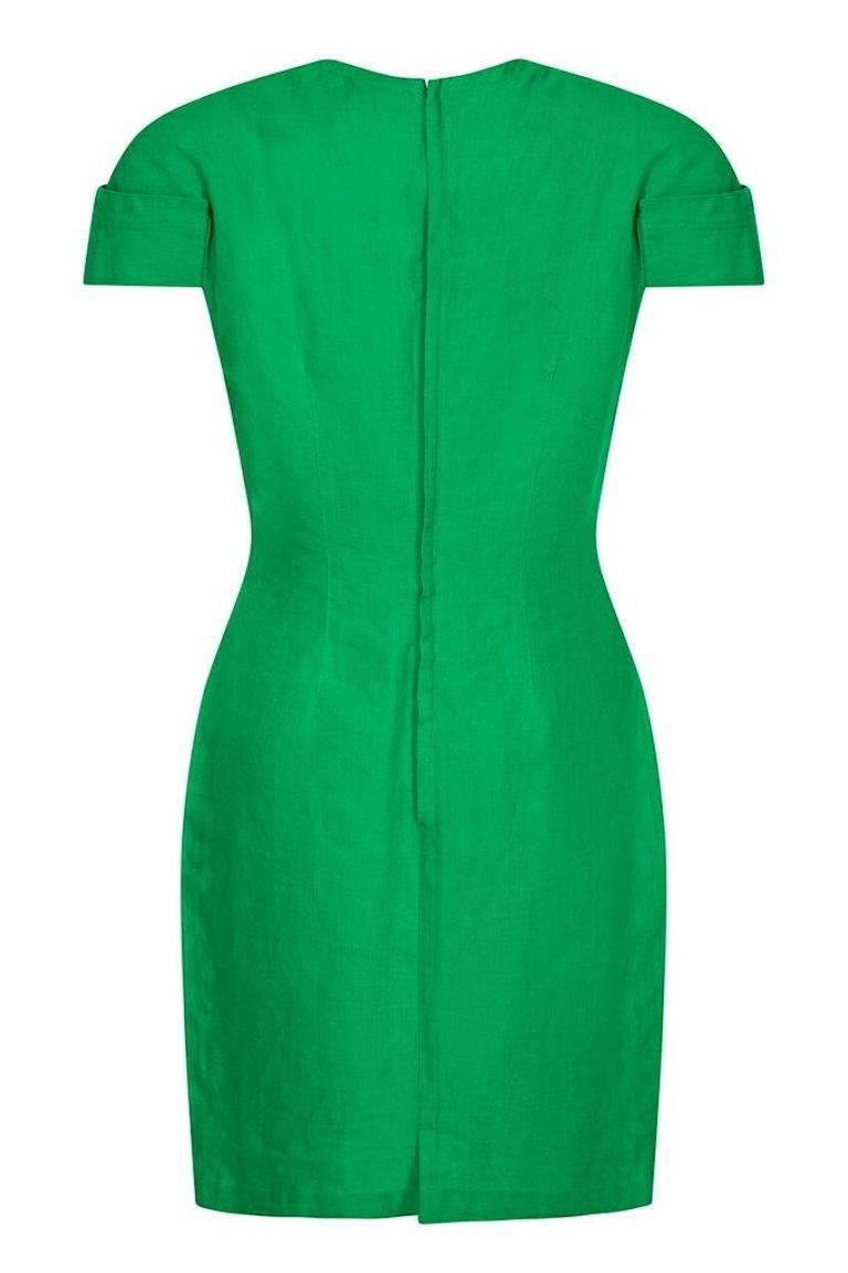 This stylish Gianni Versace 1980s dress is of excellent quality and in pristine condition. The linen fabric is a vivacious shade of emerald green and tailored to perfection to present a silhouette of classic city chic. There is no waistband as the