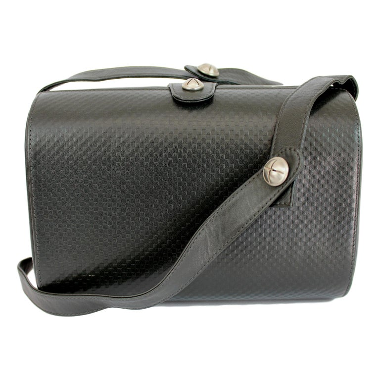 Gianni Versace vintage shoulder bag, black, 100% leather, rigid evening clutch bag with shoulder strap, silver details, clip closure, inside pocket. 80s. Made in Italy. Excellent vintage condition.   Height: 15 cm  Width: 21 cm  Depth: 8 cm