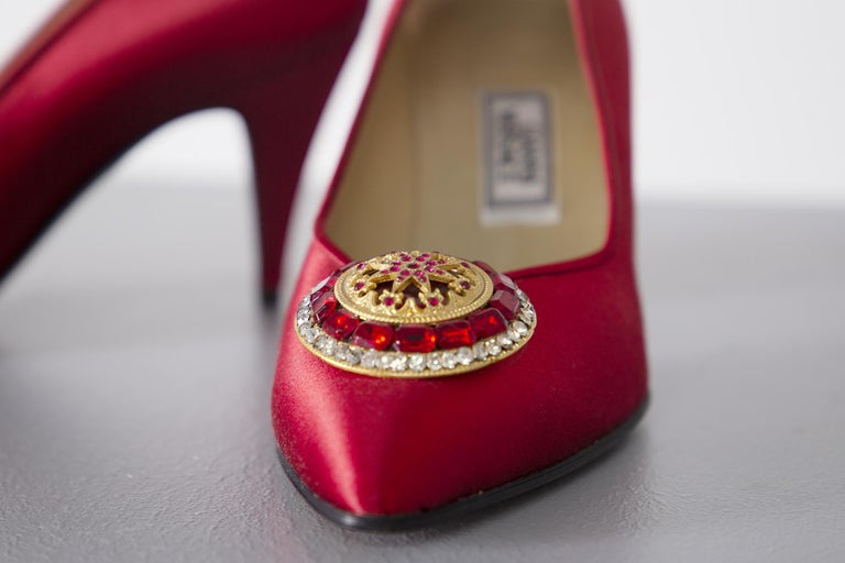 Gianni Versace couture Vintage red shoes with tiara, 1990s. In Good Condition For Sale In milano, IT