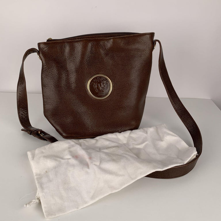 Gianni Versace Vintage Brown Leather Medusa Bucket Shoulder Bag In Excellent Condition For Sale In Rome, Rome