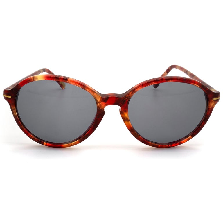 MAKE: Gianni Versace MODEL: 312 - Red Marble MADE IN: Italy ERA: 1980s CONDITION: New Old Stock [never worn]  DIMENSIONS: Lens width: 52 mm  /  2 1/16 in Lens height: 45 mm  /  1 3/4 in Bridge: 20 mm  /  13/16 in Temple-to-temple width: 135 mm  /  5