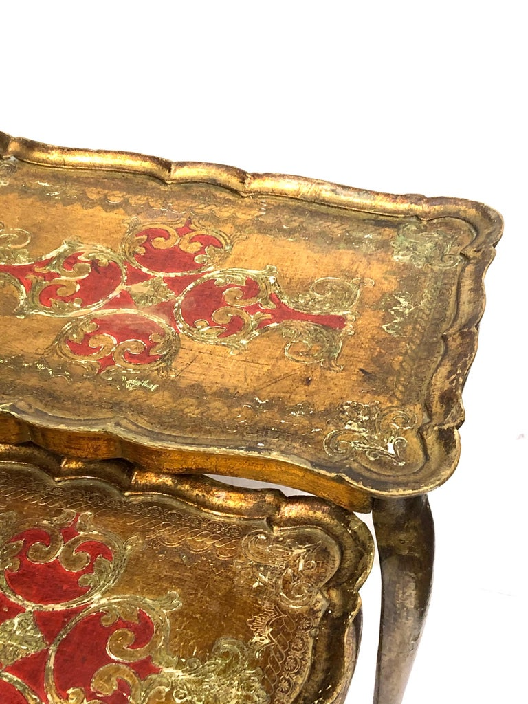 Gilded Wood Toleware Tole Set of two Nesting Tables Hollywood Regency Style In Fair Condition For Sale In Nürnberg, DE