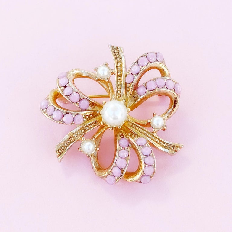 Modern Gilt & Pastel Pink Rhinestone Bow Brooch With Pearl Accents By Hollycraft, 1950s For Sale