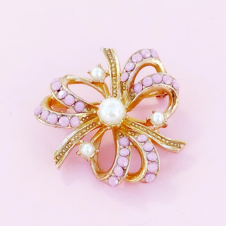 Gilt & Pastel Pink Rhinestone Bow Brooch With Pearl Accents By Hollycraft, 1950s In Excellent Condition For Sale In Los Angeles, CA