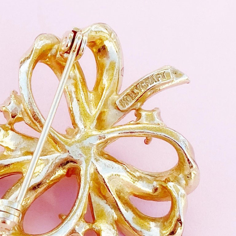 Gilt & Pastel Pink Rhinestone Bow Brooch With Pearl Accents By Hollycraft, 1950s For Sale 1