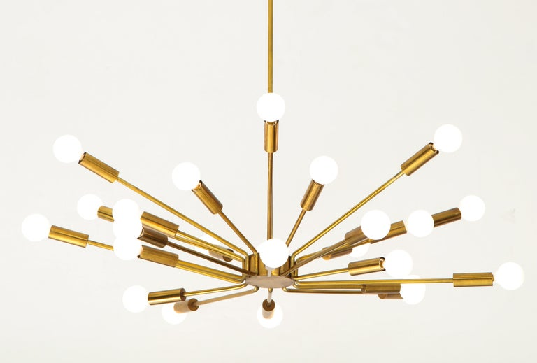 Designed by Gino Sarfatti for Arteluce in 1939, rare 'Fuoco d'artificio' chandelier model 2003 executed in the 1950s, Italy. This original 24-light Sputnik ceiling light is composed of tubular brass arms which radiate on a brass structure with